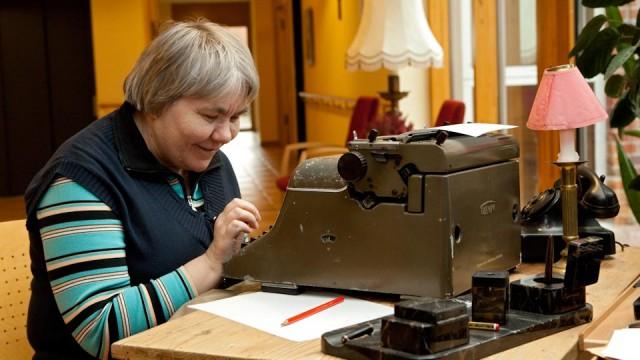 Erinnerungen wachhalten im Seniorenzentrum Am Eichendorffpark: Bewohnerin an der Schreibmaschine. (Foto: SMMP/Pohl)
