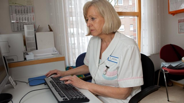 Mitarbeiterin am PC (Foto: SMMP/Pohl)