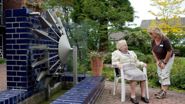 Seniorenzentrum Am Eichendorffpark: Bewohnerin im Garten (Foto: SMMP/Pohl)