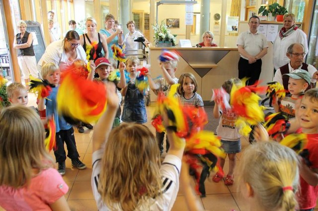 Kinder des Kindergartens St. Lambertus eröffnen das Programm, 'Trio-NRW' vom Orchester Hohnerland Oelde e.V. machen trotz schlechtem Wetter gute Stimmung, Klarinettenduo untermalen den Nachmittag.