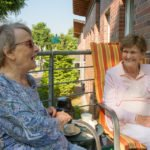 Früher haben Mathilde Ries und Marianne Orths gemeinsam gekegelt. Nun wohnen sie beide im Seniorenzentrum Am Eichendorffpark, woe sie sich gerne gegenseitig besuchen. Foto: SMMP/Ulrich Bock
