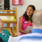 Die Betreuungsassistentin Mariluz Schienstock singt mit den Bewohnerinnen und Bewohnern des Seniorenzentrums Am Eichendorffpark. Foto: SMMP/Ulrich Bock
