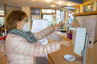 Wer das Seniorenzentrum Am Eichendorffpark betritt, muss sich im Eingangsbereich die Hände desinfizieren und eine FFP2-Maske aufsetzen. Foto: SMMP/Ulrich Bock