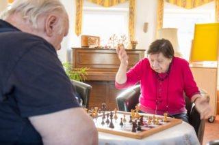Die Seniorinnen und Senioren gestalten ihre Freizeit im Seniorenzentrum Am Eichendorffpark zu Corona-Zeiten fast wie gewohnt. Ursula Kracht und Udo Sommer treffen sich auch weiterhin zum Schach-Spielen. Foto SMMP/Ulrich Bock