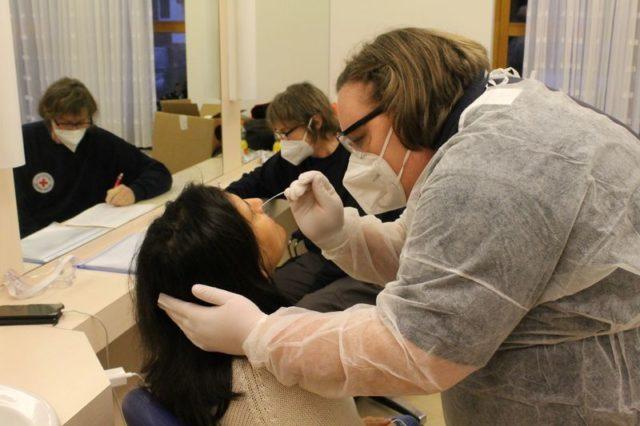Eine Besucherin lässt einen Nasen- und Rachenabstrich vornehmen, der für den Schnelltest nötig ist.